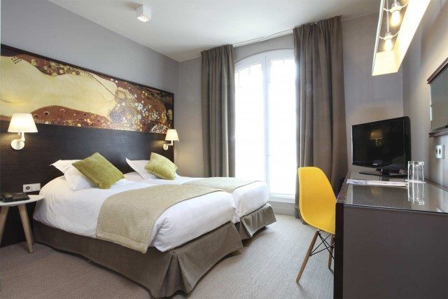 little-palace-hotel-room-twin-yellow-seat